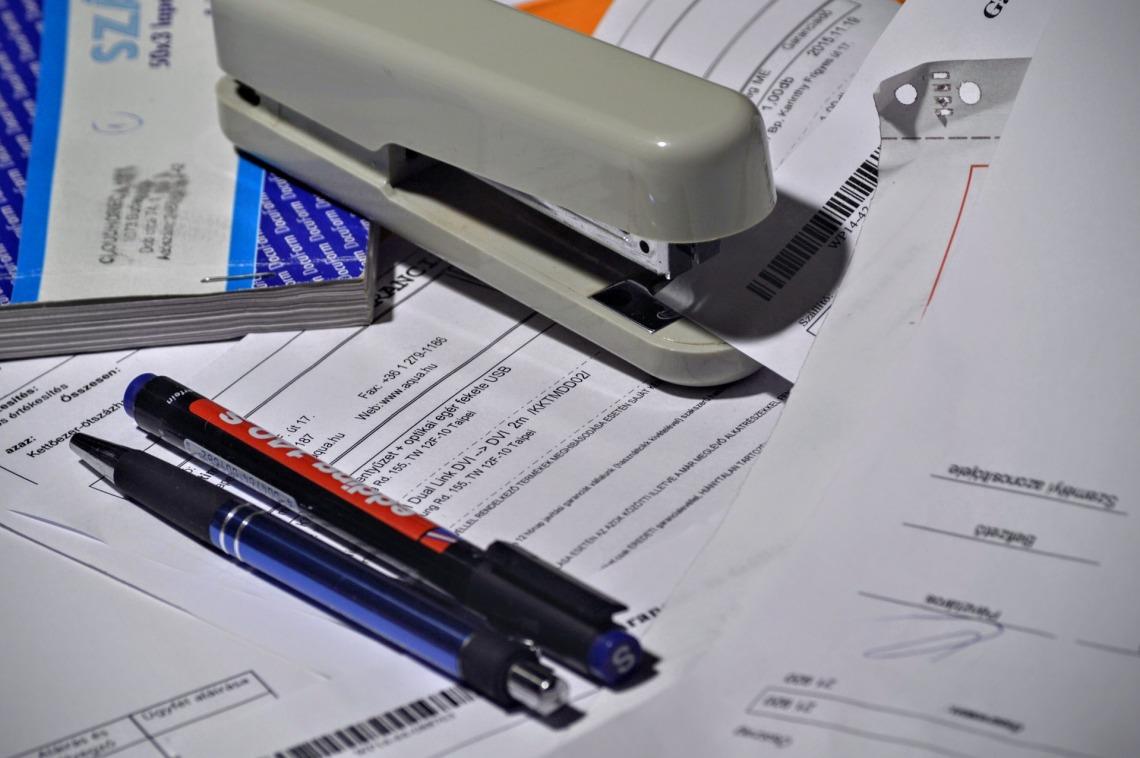 stapler 1016310 1920 - Como Ahorrar en tu factura de la luz 2021